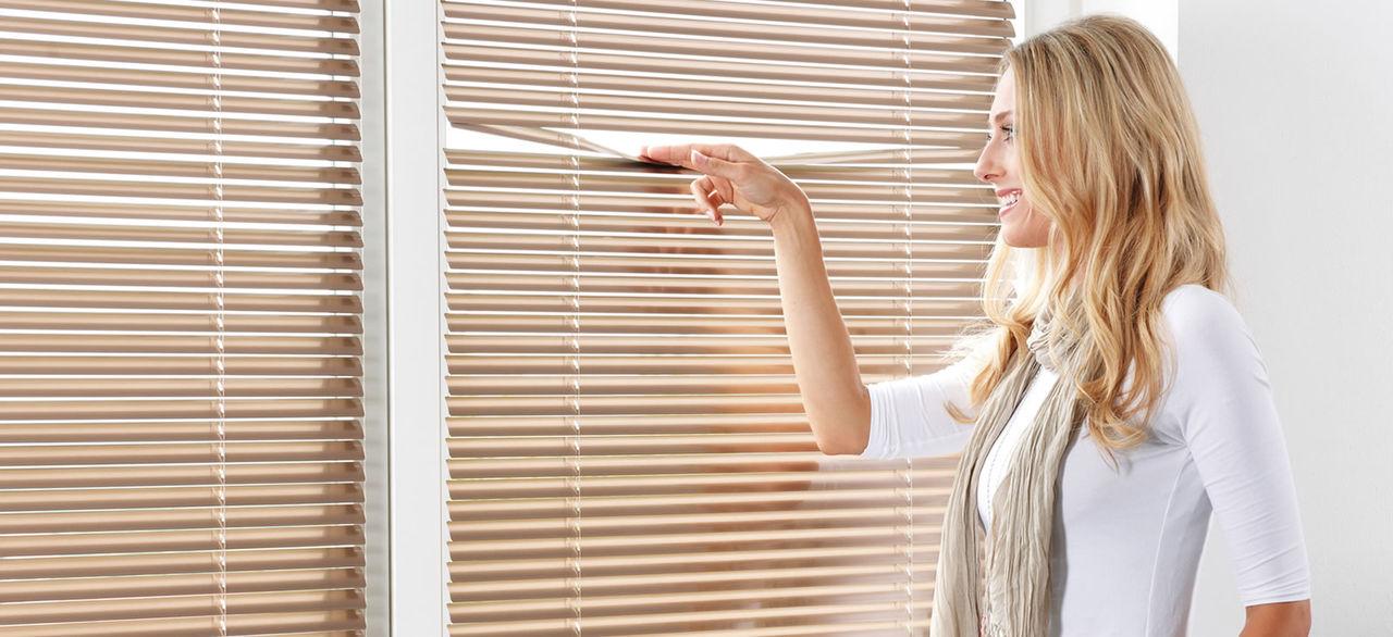 Зачем нужны жалюзи и рулонные шторы?